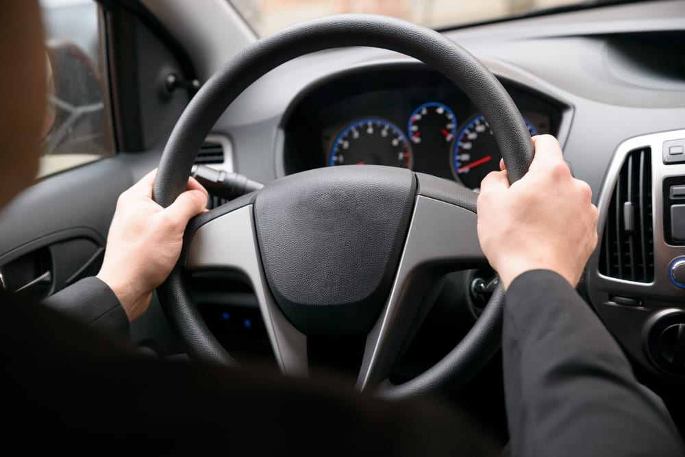 common ways to avoid car accidents: always hold the steering wheel, even with one hand.
